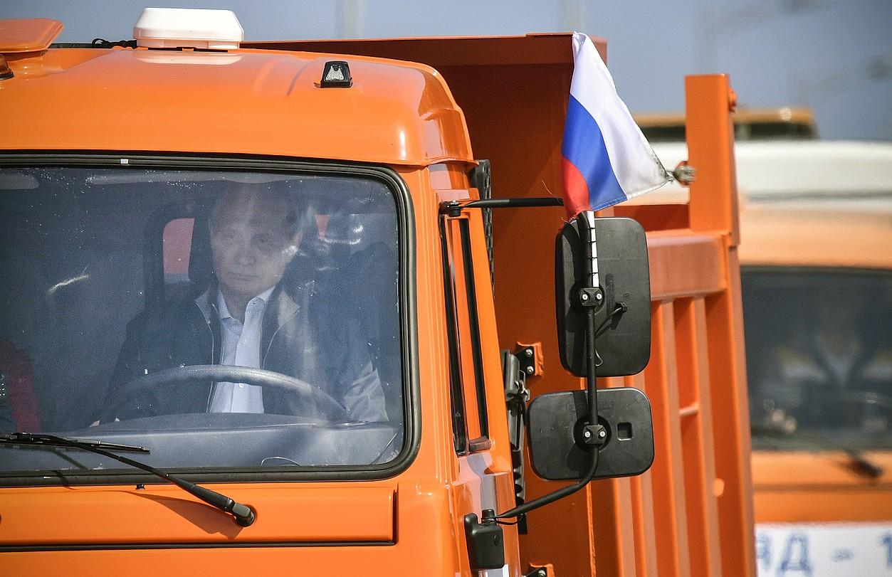 Vladimir Putin kamioi batean, atzo, Kertxeko zubian.