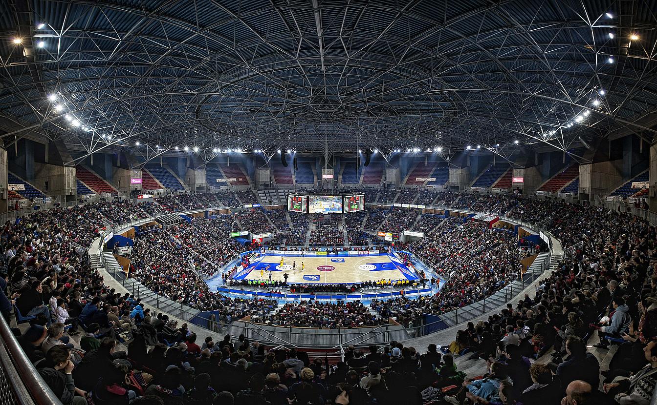 Buesa Arena pabiloiko harmailak, goiko eraztunak eraiki —oraindik hutsik— eta ateak ireki osteko lehen partidan.