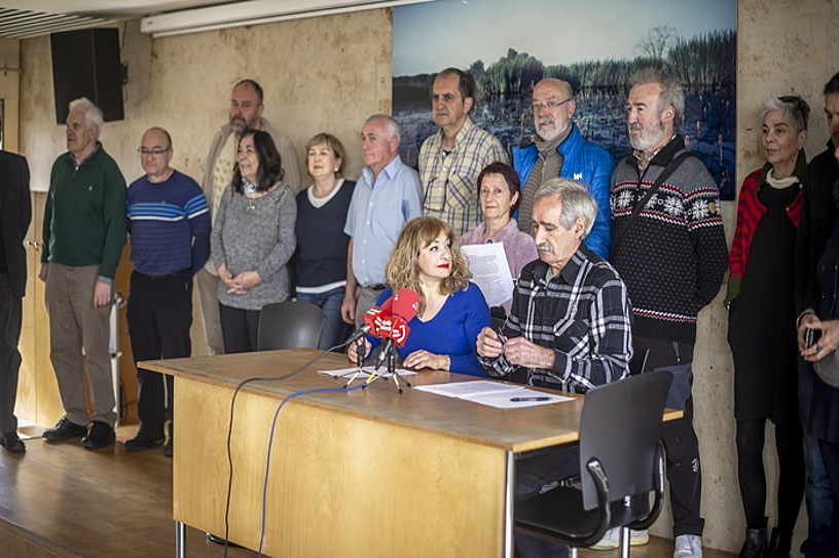 Iruña-Veleia Argitu egitasmoko kideak, atzo, Gasteizen egindako prentsaurrekoan. ©JAIZKI FONTANEDA / FOKU