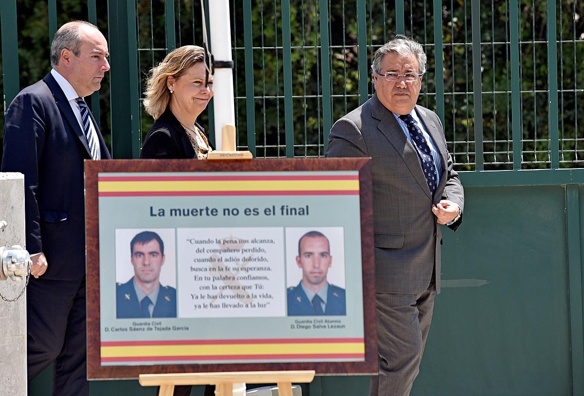 Juan Ignacio Zoido Espainiako Barne ministroa —argazkian, eskubian—, atzo, Calvian, ETAk 2009an han hildako bi guardia zibilen aldeko ekitaldian. / ATIENZA / EFE