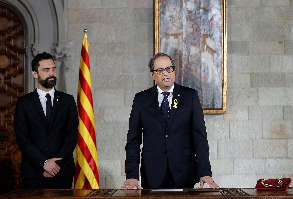 Roger Torrent parlamentuko presidentea eta Quim Torra Kataluniako presidentea, kargua hartzeko ekitaldian, atzo, Bartzelonan.