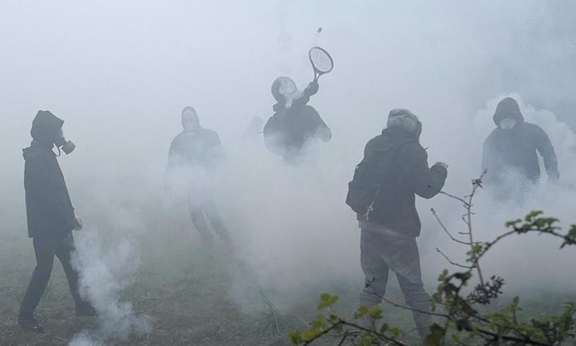 Bretainiako Notre-Dame- des-Landes BBG guneko ekintzaileak ke poteak Poliziari itzuli nahian. ©T. VANDERMERSCH / EFE