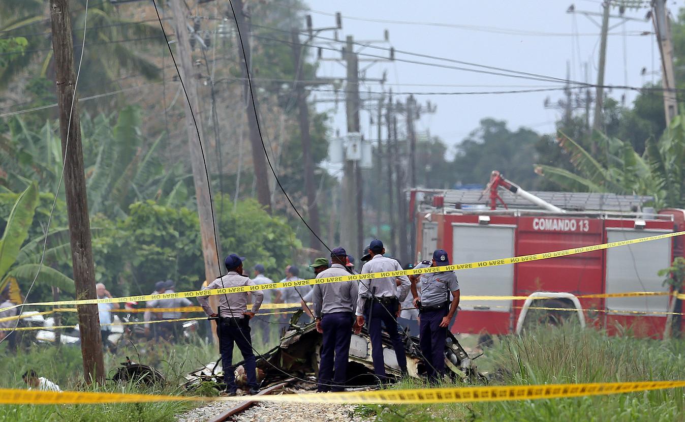 Poliziak eta militarrak Habanan, atzo, hegazkinak istripua izan zuen tokian. ©ALEJANDRO ERNESTO / EFE