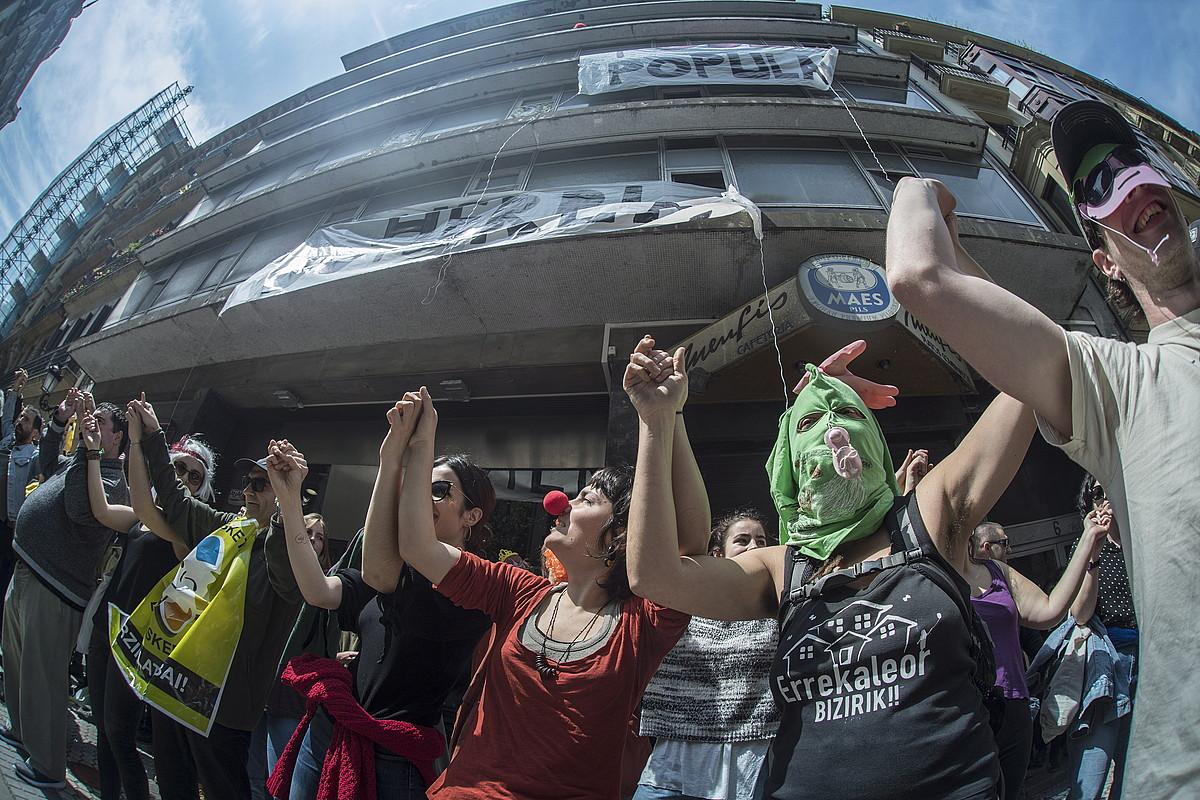Protestaren partaideak, atzo, okupatutako eraikinaren aurrean.