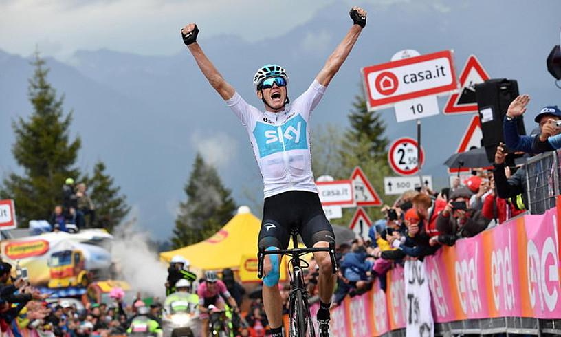 Chris Froome, eskuak altxatzen, atzo, Zoncolango helmugan, Giroko 14. etapa irabazi berritan.