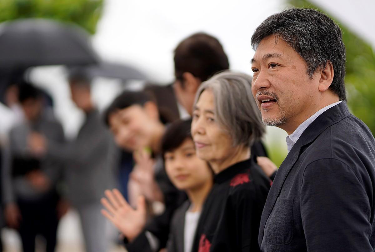 Hirokazu Kore-eda zinemagile japoniarra, bere lantaldearekin, Cannesen.