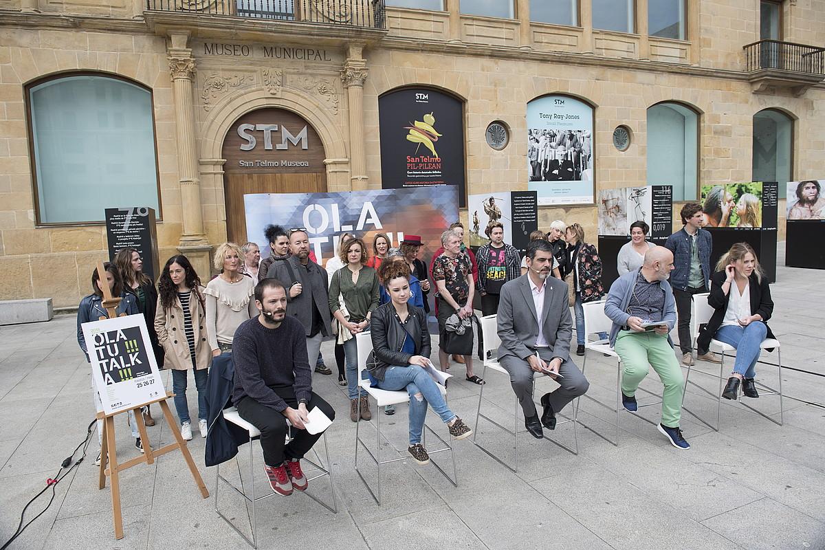 Olatu Talka ekimenean parte hartuko dutenetako batzuk eta antolatzaileak, atzo, Donostian. ©JUAN CARLOS RUIZ / FOKU