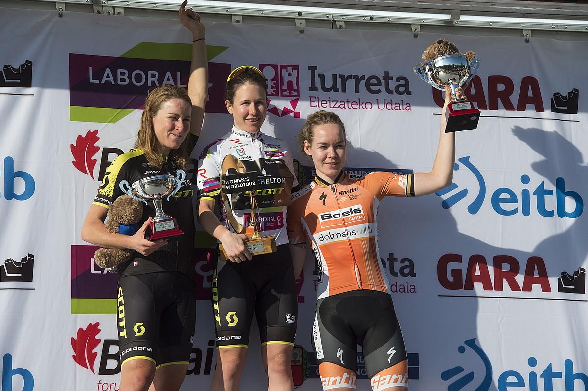Annemiek van Vleuten, Amanda Spratt eta Anna van der Breggen, atzo, podiumean, Iurretan, Birako azken etapa amaitu berritan. ©MONIKA DEL VALLE / FOKU