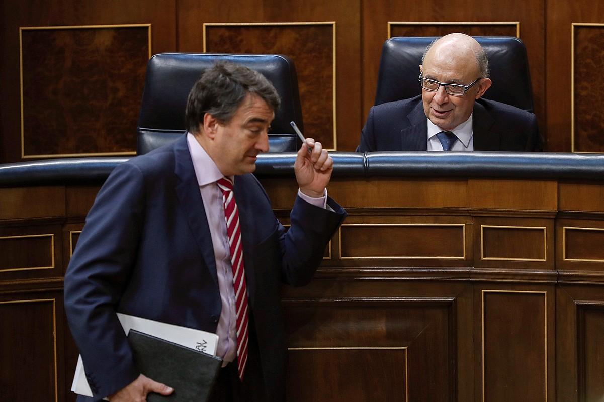 Aitor Esteban EAJko diputatua eta Cristobal Montoro Ogasun ministroa, atzo. ©EMILIO NARANJO / EFE