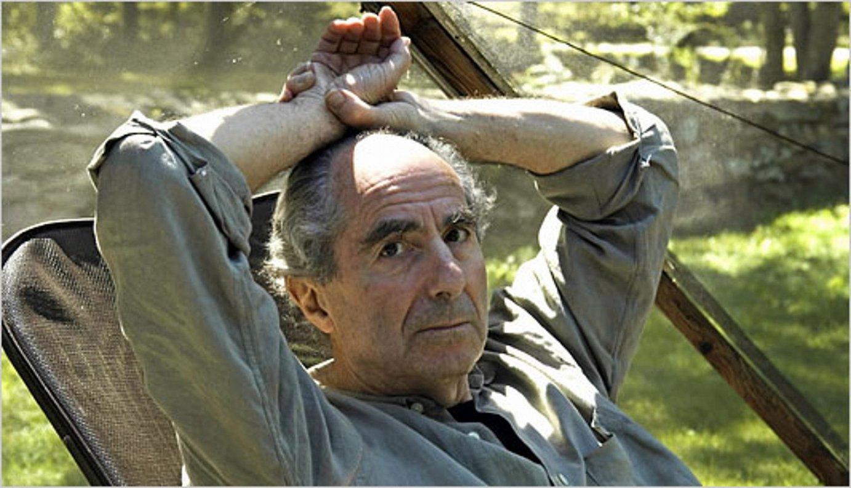 Philip Roth idazle estatubatuarra, 2010ean idazteari uztea erabaki aurretik, bere etxeko lorategian. ©BERRIA