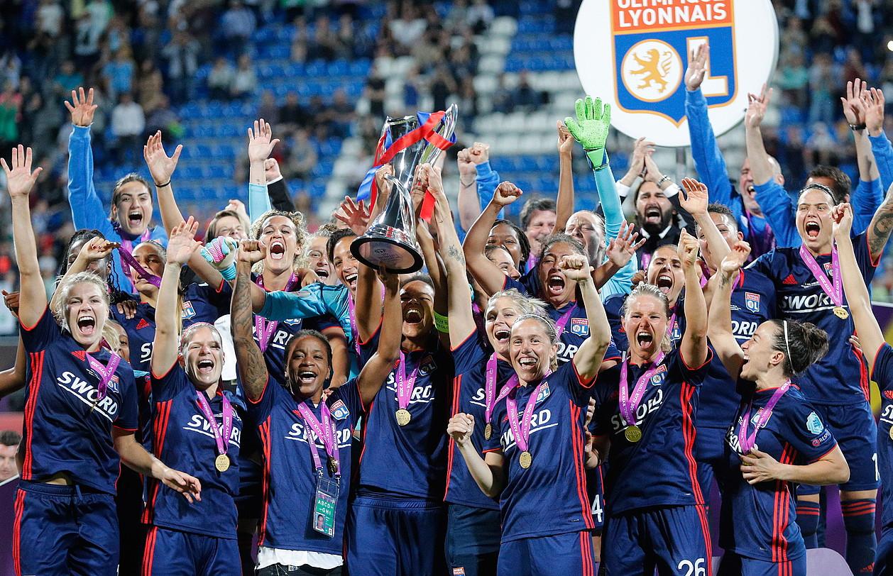 Olympique Lyoneko jokalariak, garaipena ospatzen, atzo. ©SERGEI DOLZHENKO / EFE