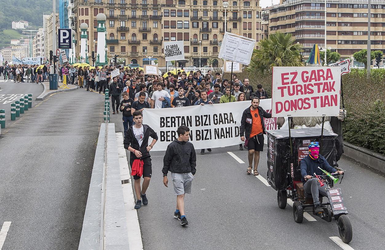 <b>Manifestariak, atzo, Bulebarrerako bidean.</b> ©ANDONI CANELLADA / FOKU