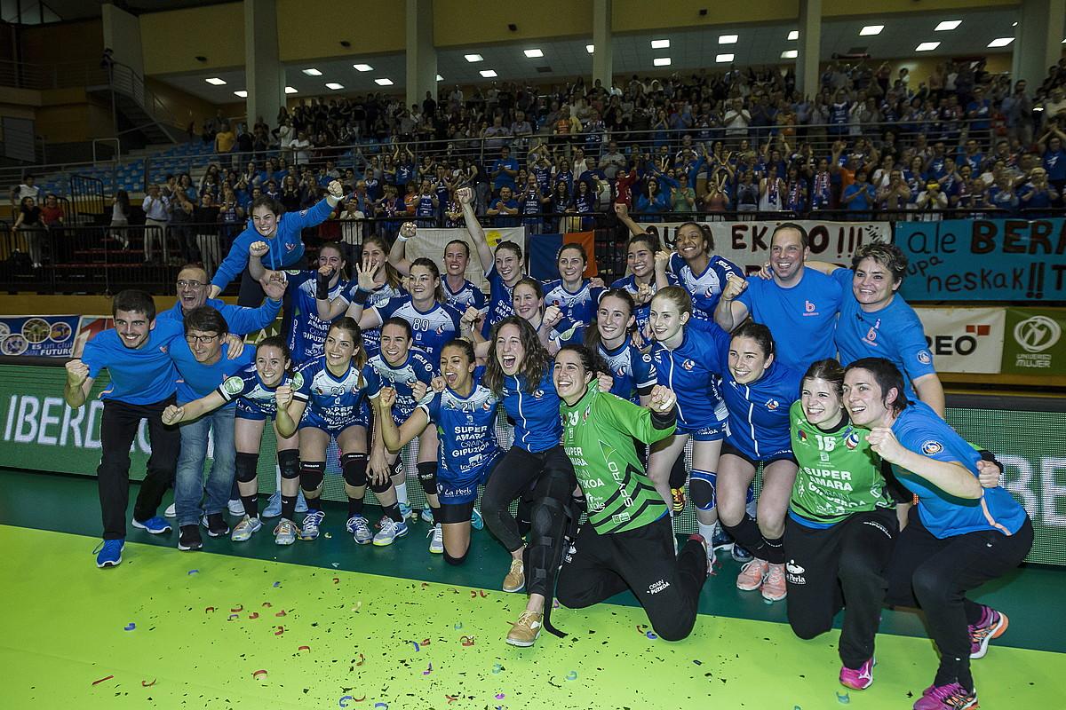 Bera Berako jokalariak atzo, Lasesarren, klubak lortutako bosgarren liga titulua ospatzen.