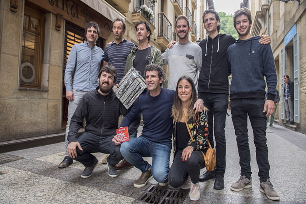 Gozategi taldeko kideak eta haien adiskideak, atzo Donostian. ©JUAN CARLOS RUIZ / FOKU