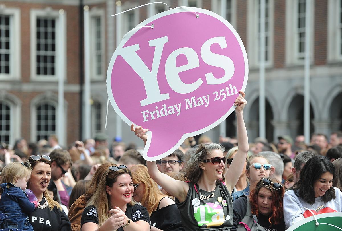 Baiezkoaren aldekoak, erreferendumaren emaitza ospatzen, atzo, Dublinen. ©AIDAN CRAWLEY / EFE