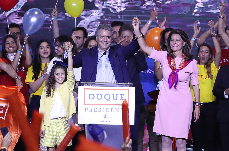 Ivan Duque Zentroa Demokratikoa alderdiko presidentagaia, herenegun, lehen itzulian lortutako emaitza ospatzen. ©MAURICIO DUEÑAS CASTANEDA / EFE