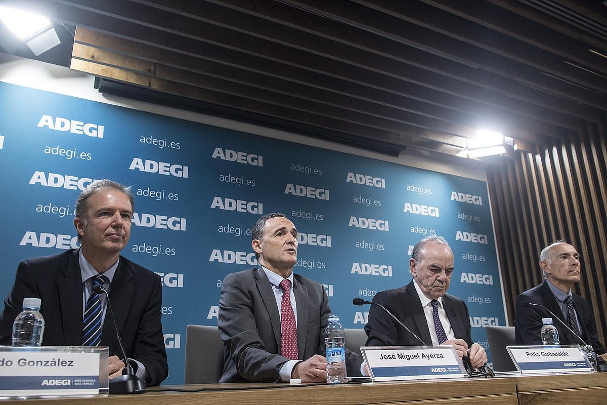 Jose Miguel Aierza Adegiko idazkari nagusia (ezkerretik bigarrena) eta Pello Gibelalde Adegiko presidentea (hirugarrena), atzo, Donostian. ©JAGOBA MANTEROLA / FOKU