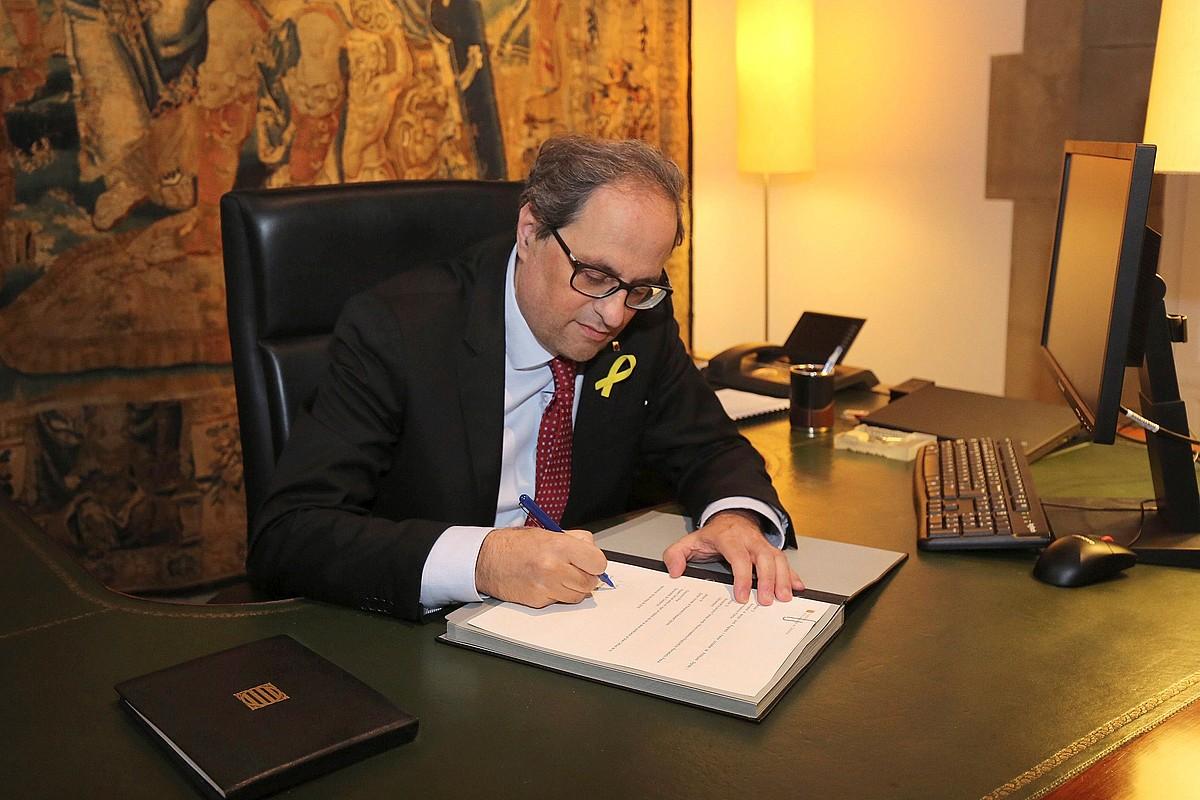Quim Torra Kataluniako presidentea Generalitatearen egoitzan, atzo, gobernuko kideak izendatzeko dekretua sinatzen. ©JORDI BEDMAR PASCUAL / EFE