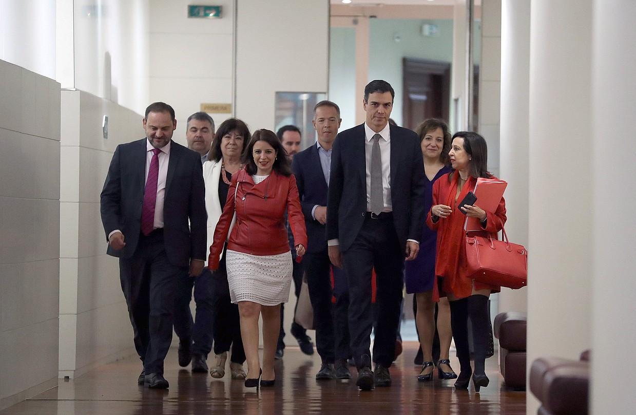 Pedro Sanchez PSOEko kideez inguratuta atzo, kongresuan. ©BALLESTEROS / EFE