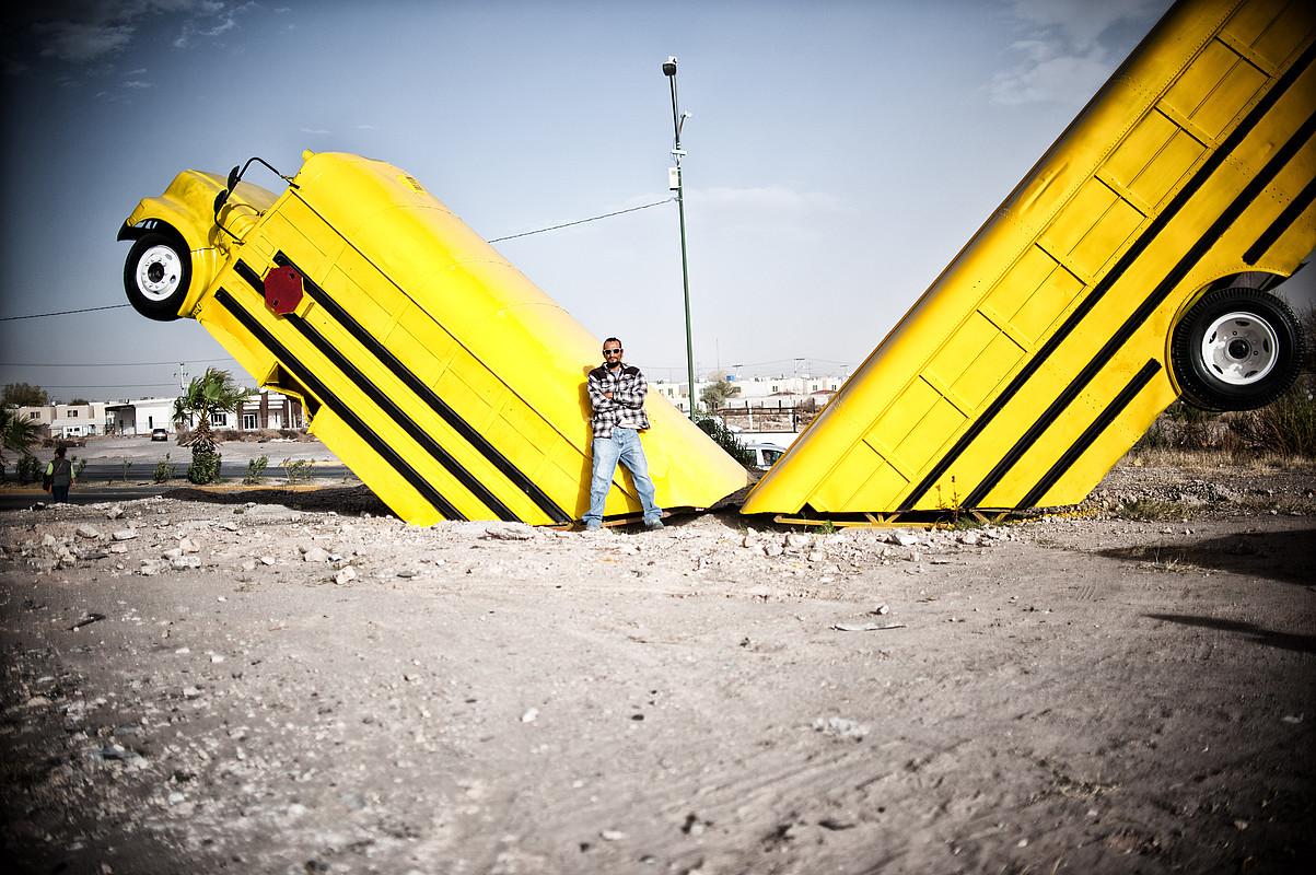 Jorge Perez <em>Yorch</em> artista <em>Mugakoa izatea</em>obrarekin, Ciudad Juarezen. ©PEP COMPANYS