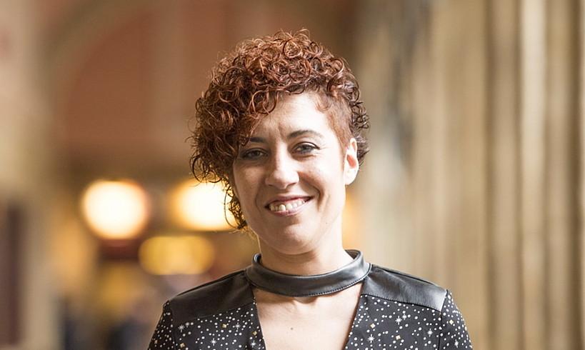 Sonia Gonzalez liburu berria eskuetan, atzo, Donostian. ©JUAN CARLOS RUIZ / FOKU