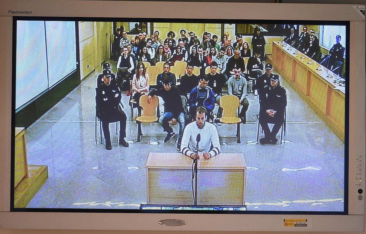 Jokin Unamuno deklaratzen, apirilaren 16an, epaiketaren lehen egunean. Atzean, gainerako zazpi auzipetuak. / FERNANDO VILLAR / EFE