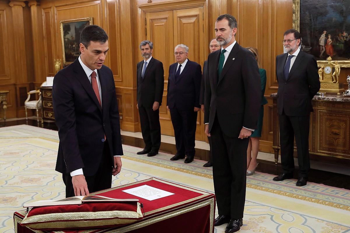 Pedro Sanchez, atzo, Espainiako Gobernuko presidente karguaren zina egiteko ekitaldian, Espainiako erregea begira duela. ©FERNANDO ALVARADO / EFE