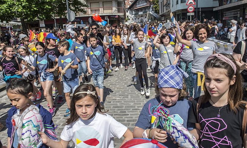 <b>Jendetza. </b>Antolatzaileak pozik zeuden jendeak Euskal Eskola Publikoaren aldeko jaiari eman zion erantzunagatik. &copy;MARISOL RAMIREZ / @FOKU