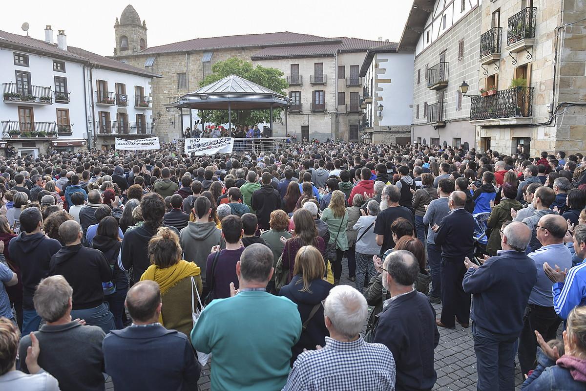 Altsasuko Foruen plaza, atzo, 20:00etan, jendez gainezka, gazteen askatasuna aldarrikatzeko asmoz. ©IDOIA ZABALETA / FOKU