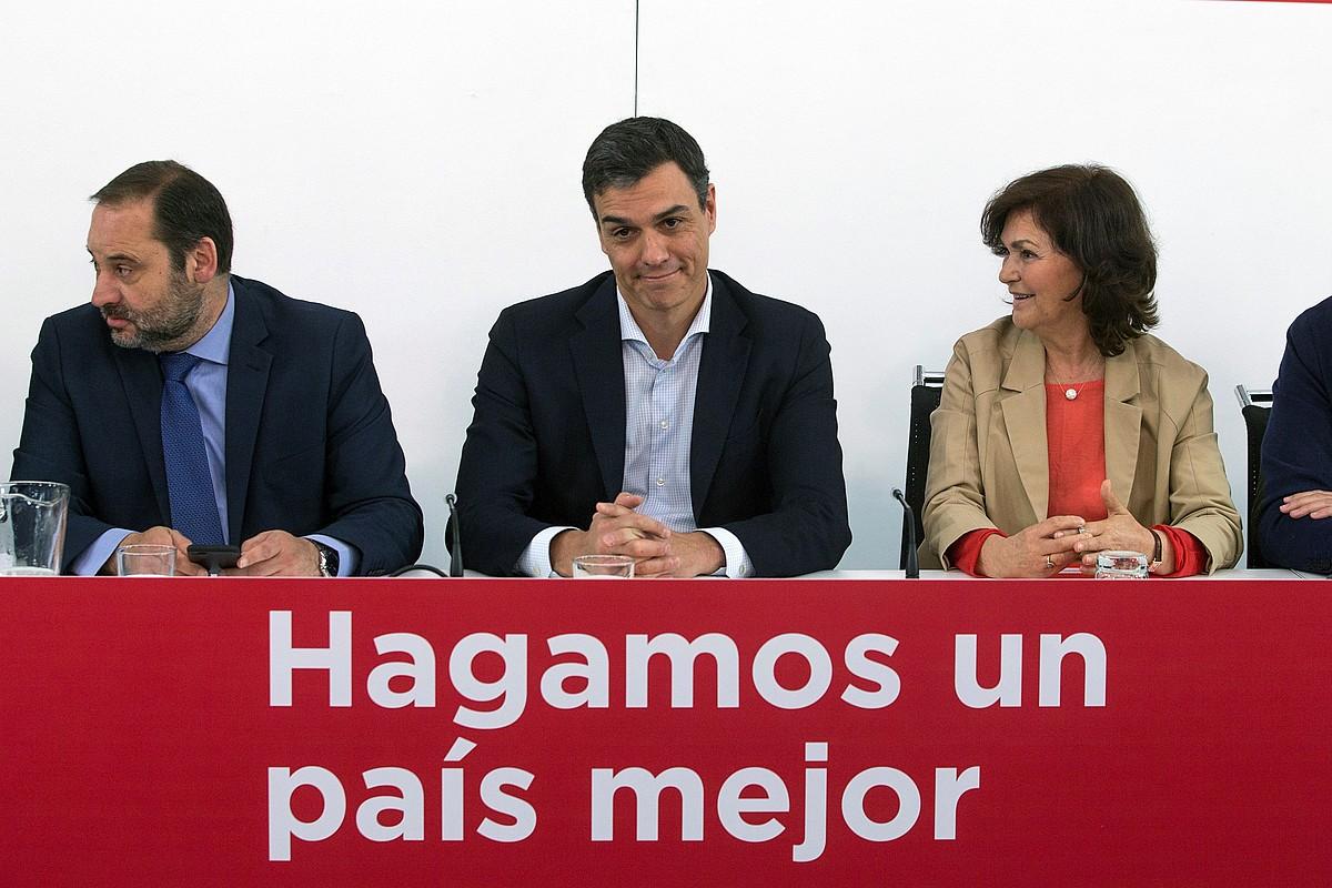 Sanchez, iragan hilean, ezkerrean Abalos Sustapen ministroa eta eskuinean Calvo presidenteordea dituela. ©R. JIMENEZ / EFE
