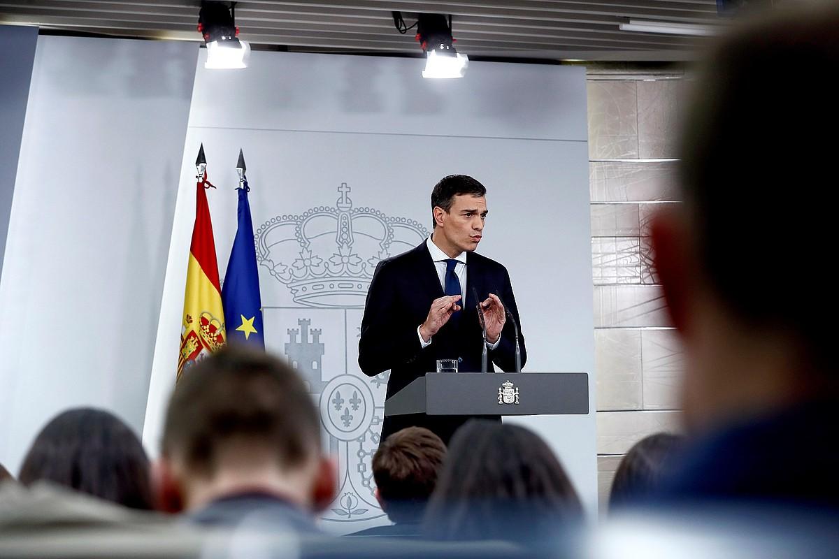 Pedro Sanchez Espainiako presidentea Moncloan, atzo, bere lantaldearen berri ematen. ©MARISCAL / EFE
