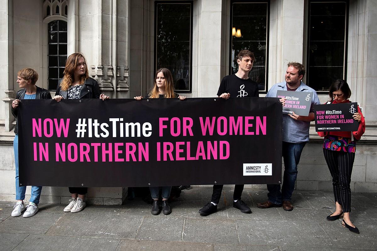 Ipar Irlandan abortua legeztatzeko eskatu zuten atzo Londresen, Erresuma Batuko Auzitegi Gorenaren atarian egin zuten elkarretaratzean.