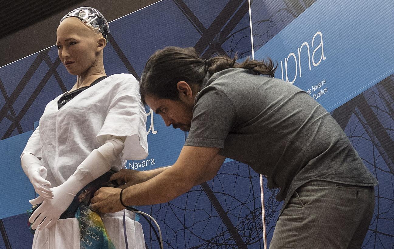Hanson Robotics konpainiako Andres Suarez ikertzailea, <em>Sophia</em> robota prestatzen, atzo, NUPeko areto nagusian.