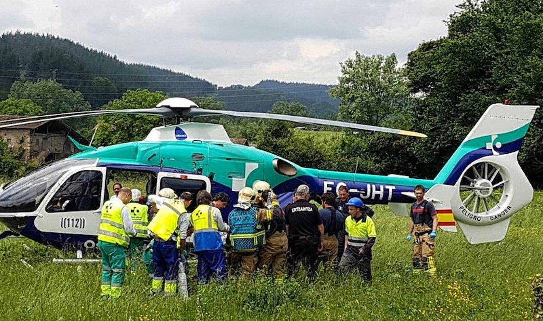 Maiatzaren 29ko istripuak zauritutako langileetako bat helikopteroz eraman zuten erietxera. ©BIZKAIKO SUHILTZAILEAK
