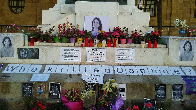 Daphne Caruana Galizia kazetariaren aldeko aldarea, Valletako San Joan katedralaren parean. ©RICARD GONZALEZ