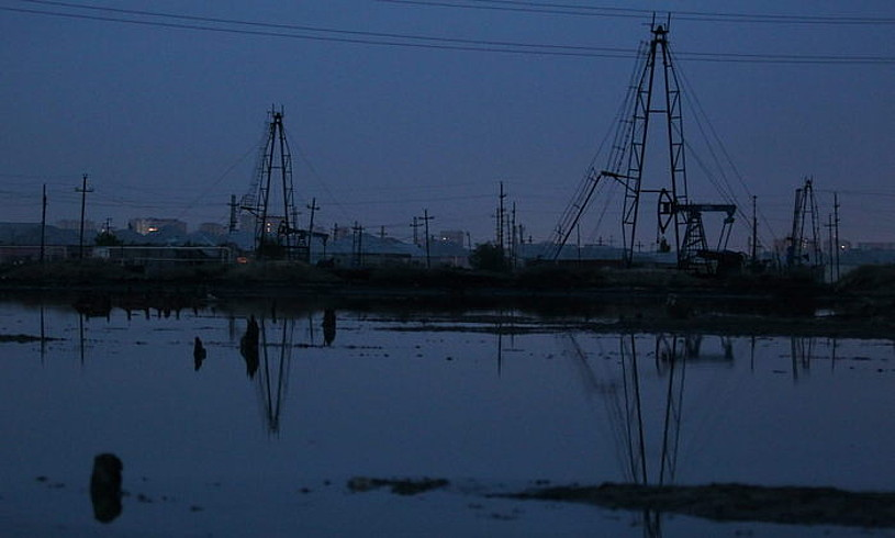 Petrolio ustiategiak Bakutik (Azerbaijan) kilometro gutxira. Munduko petrolio erreserben %35 lur azpian geldi daitekeela kalkulatu dute zientzialariek. ©S. ILNITSKY / EFE