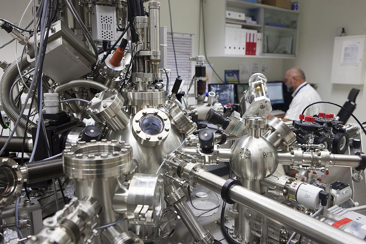 Azalerak aztertzeko laser izpiko fotoelektroien espektroskopioa. Materialak ikertzeko puntako baliabideak dituzte energiGUNEn. ©CIC ENERGIGUNE