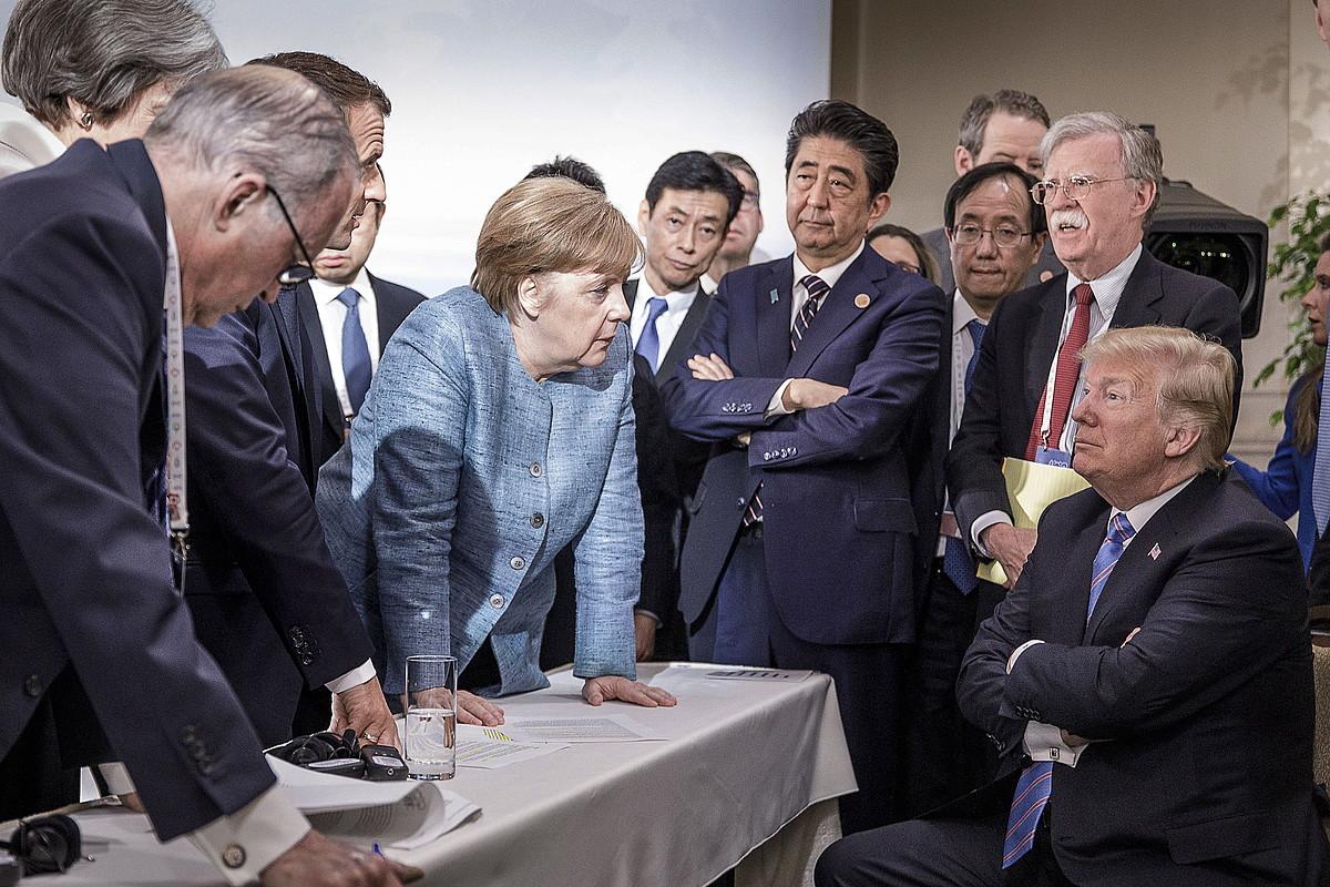 Trump, munduko potentzien agintariak zorrotz begira dituela, atzo, Charlevoixen. ©JESCO DENZE HANDOUT / EFE