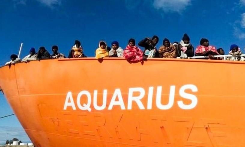 Libiako kostaldean larunbatetik iganderako gauean erreskatatu zituzten errefuxiatuak, atzo, 'Aquarius' ontzian.