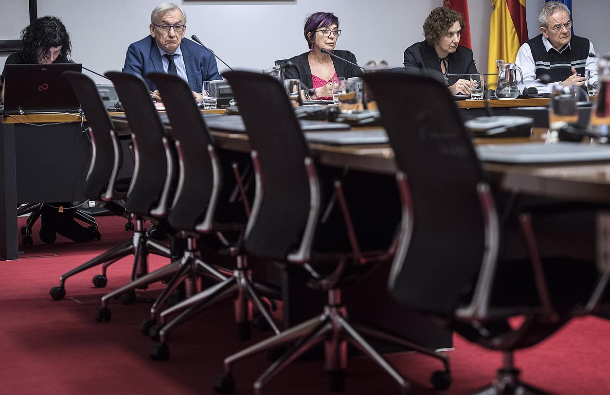 Sonia Ontorio eta Iñaki Lasagabaster, atzo, Nafarroako Parlamentuko batzordean. UPNko eta PPko parlamentarien eserlekuak, hutsik. ©JAGOBA MANTEROLA / FOKU