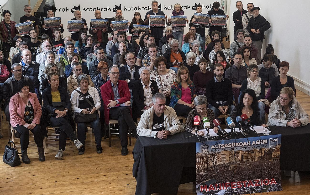 Nafarroako 50 eragileak, atzo, Iruñean, Katakrak-en egindako agerraldi jendetsuan. ©JAGOBA MANTEROLA / FOKU