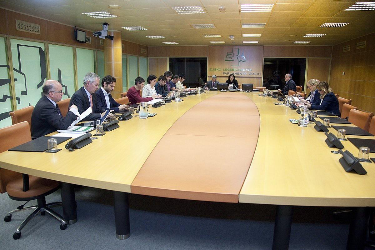Eusko Legebiltzarreko talde politikoak, atzo, Autogobernu Lantaldearen asteazkeneroko batzarrean.
