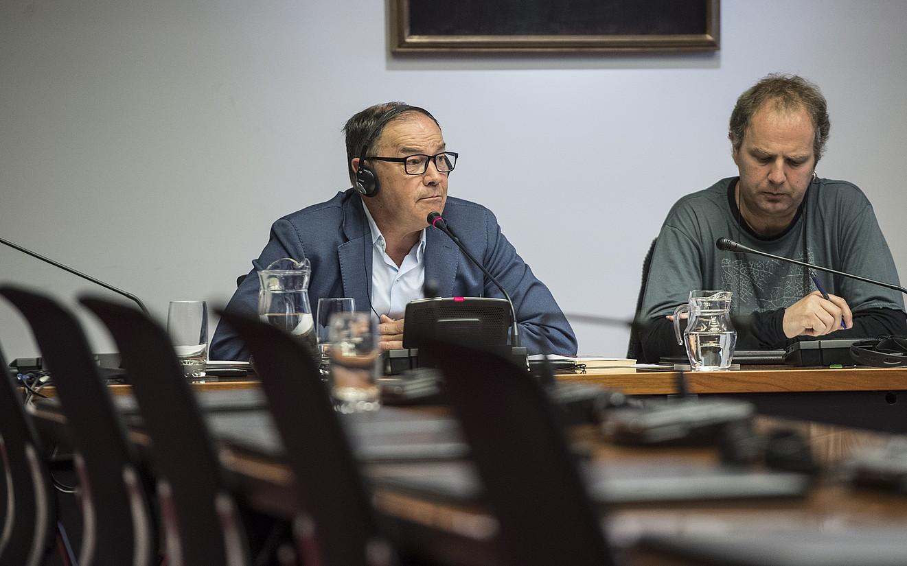 Ramon Felones eta batzorde bereziko zuzendari Dabid Anaut, atzoko saioan. ©JAGOBA MANTEROLA / FOKU