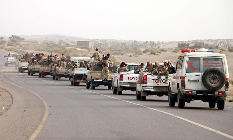 Saudi Arabiaren koalizioarekin batera borrokan ari diren milizianoak, herenegun, matxino xiiten kontrolpean dagoen Hudaida hirirako bidean.