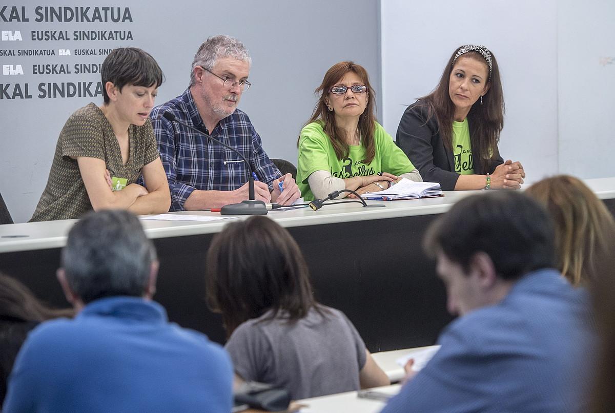 Mirari Irure, Adolfo Muñoz, Angela Muñoz eta Miriam Barros, atzo, ELAren Bilboko egoitzan.