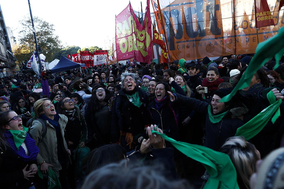 Kongresuaren eraikinaren kanpoaldean abortuaren aldeko milaka pertsona bildu ziren. Argazkian, onartu dutela ospatzen.
