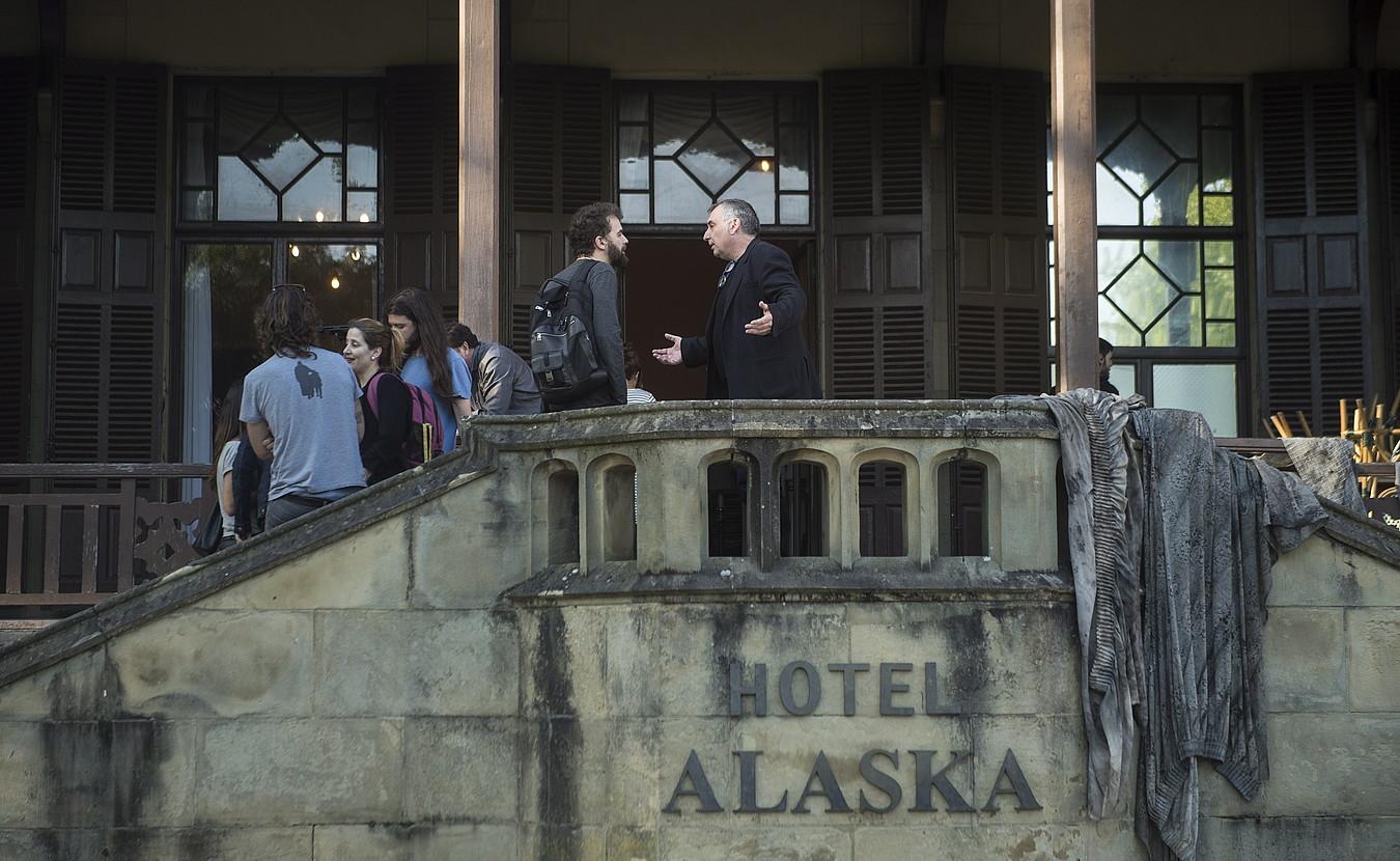 Donostiako Miramar jauregiko txoko bat Obabako Alaska hotela bihurtu dute egunotan <em>Soinujolearen semea</em> filmerako. Argazkian, Fernando Bernues zuzendaria ageri da, atzoko filmaketan. &copy;JON URBE / FOKU