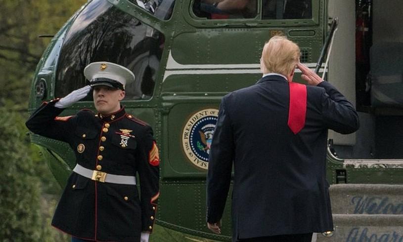 Donald Trump AEBetako presidentea, bere helikopterora sartzen, artxiboko irudi batean. ©KEN CEDENO / EFE