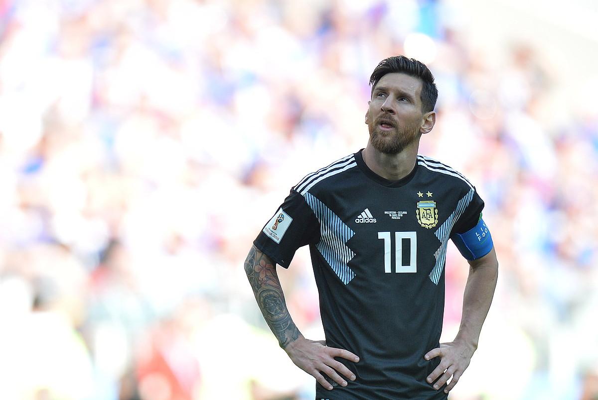 Lionel Messi Argentinako selekzioko aurrelaria, pentsakor, atzoko partidan penaltia huts egin ondoren.