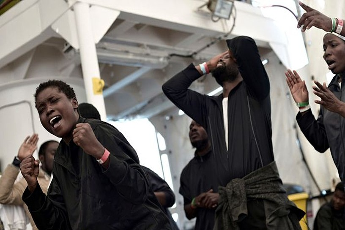 <em>Aquarius</em> ontziak Mediterraneoan erreskatatu zituen migratzaileetako batzuk, herenegun, Valentziako portura iritsi berritan. ©EFE
